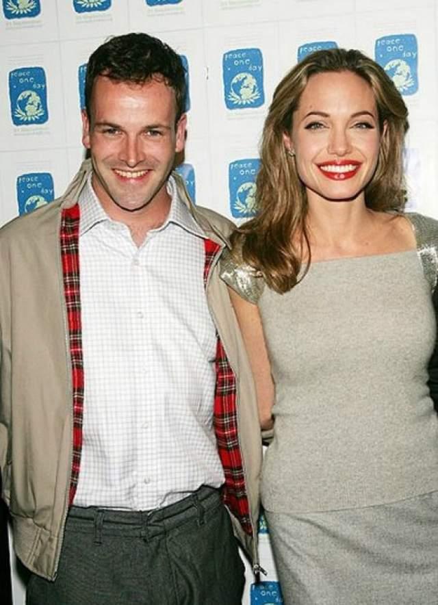 """Анджелина Джоли и Джонни Ли Миллер, 1996-1999. Пара сошлась на съемочной площадке картины Иэна Софтли """"Хакеры"""" (1995)."""