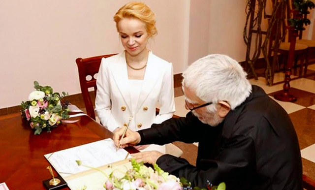 В этом году состоялось скромное бракосочетание актера и его возлюбленной .
