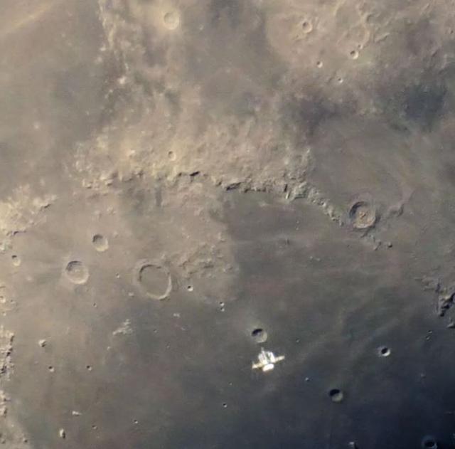 25 ноября 2015 года астроном-любителем по имени Деннис Симмонс запечатлел на своем снимке с телескопа Международную космическую станцию, которая должна находиться на высоте около 400 км от поверхности Земли, однако на фото почему-то находится прямо возле Луны.