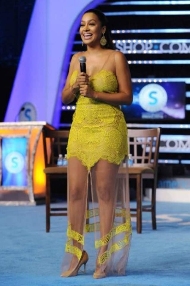 """Супруга американского баскетболиста ЛаЛа Энтони нарядилась в платье For Love&Lemons, низ которого в виде прозрачной """"шторки"""" был явно лишним."""