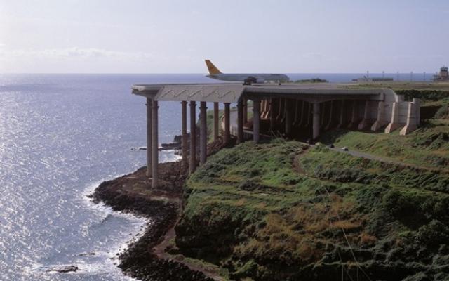 Еще одним устрашающим местом для пилотов является аэропорт Мадейры (Португалия). Он необычен тем, что половина взлетно-посадочной полосы держится на 150-ти железобетонных столбах.