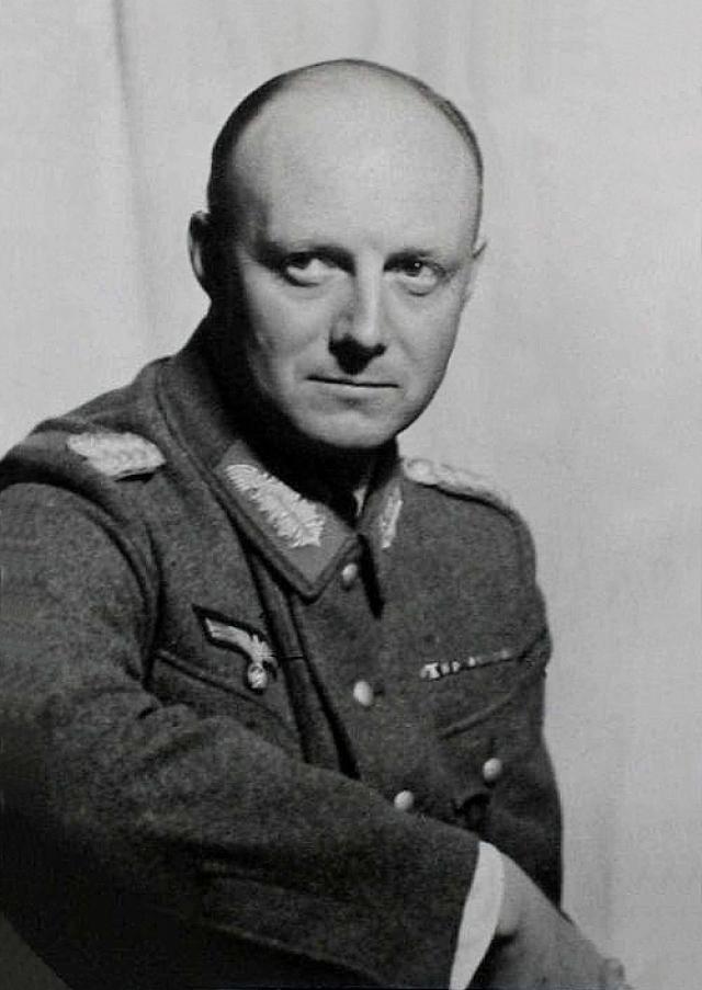 13 марта 1943 года во время посещения Гитлером Смоленска полковник Хеннинг фон Тресков и его адъютант, лейтенант фон Шлабрендорф, подложили в самолет Гитлера бомбу в подарочной коробке с бренди.