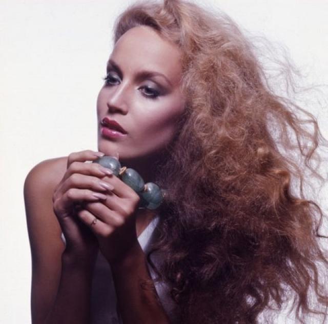 Джерри Холл. Своему карьерному успеху Джерри обязана Хельмуту Ньютону, который сфотографировал ее для обложки Vogue, когда ей не было еще и 20. К 21 году Холл более сорока раз появлялась на обложках этого журнала