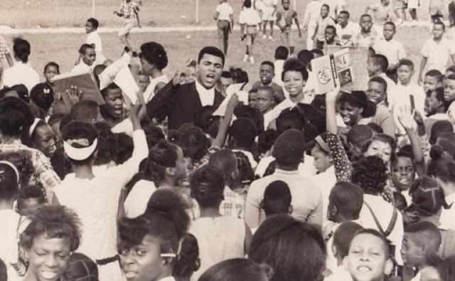 В одно из них однажды приехал Мохаммед Али, чтобы пообщаться с трудными подростками и попытаться наставить их на путь истинный. Сам Тайсон впоследствии вспоминал, что впервые после встречи с Али он задумался о карьере профессионального боксера.