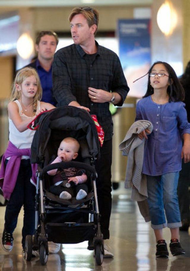 Эван Макгрегор. У актера с женой Евой помимо двух родных детей (старшей дочери Клары Матильды и младшей Эстер Роуз) есть 2 удочеренных девочки: Жамиян из Монголии, которая стала членом их семьи в 2006 году и Анук, которую они удочерили в 2011.