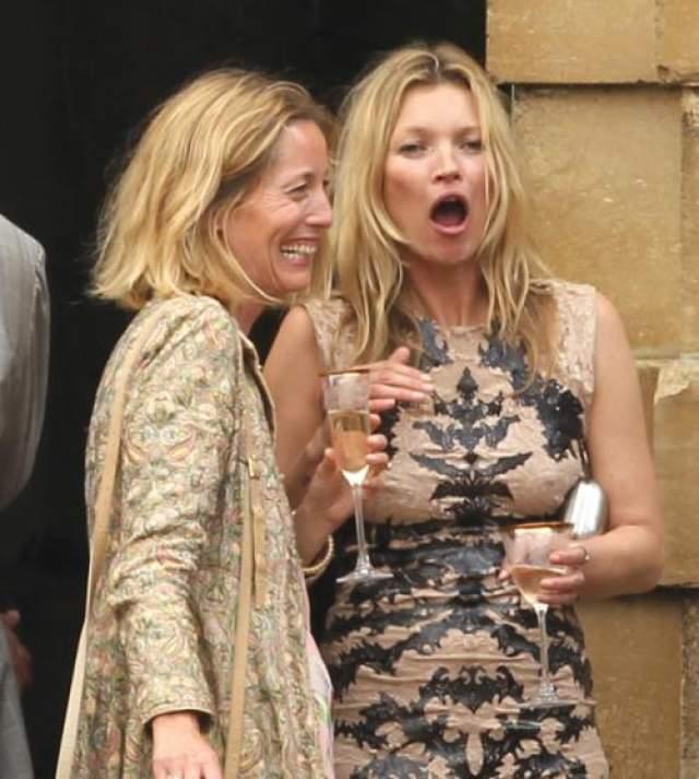 Как выглядит на снимках папарацци. Девушка то-ли зевает, то-ли очень удивлена.