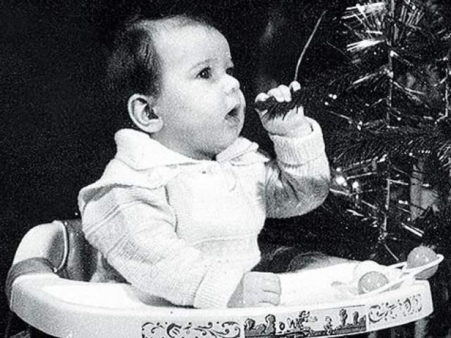 Певица Ёлка в детстве пробует елку на вкус.