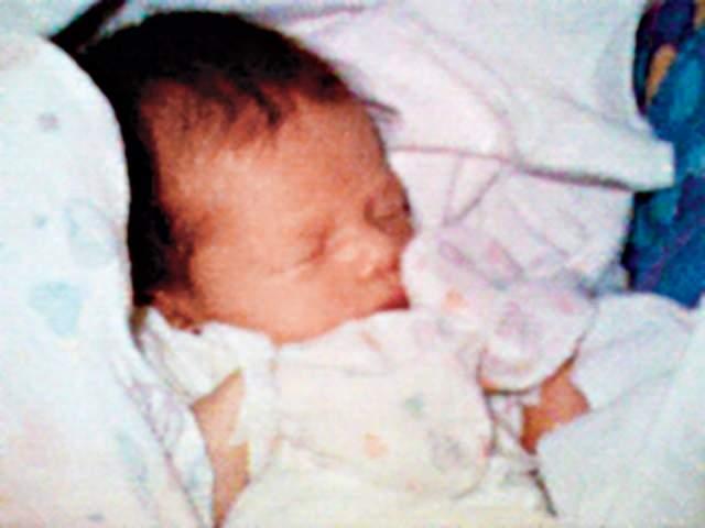 Первое фото на сотовом телефоне, Филипп Кан, 1997. Жена Кана пребывала в родильном отделении, а ожидающий в приемном покое муж маялся от безделья. А поскольку по своему профилю работы он занимался устройствами для передачи изображений, то решил соорудить подобную конструкцию - похвастаться перед друзьями и знакомыми своим новорожденным ребенком.
