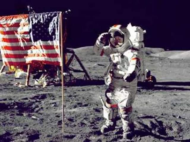 """Последний космонавт на Луне - командир корабля """"Аполлон-17"""" Юджин Сернан, сказав несколько прощальных слов, поднялся на борт лунного модуля 14 декабря 1972 года. С тех пор землян на Луне не было."""