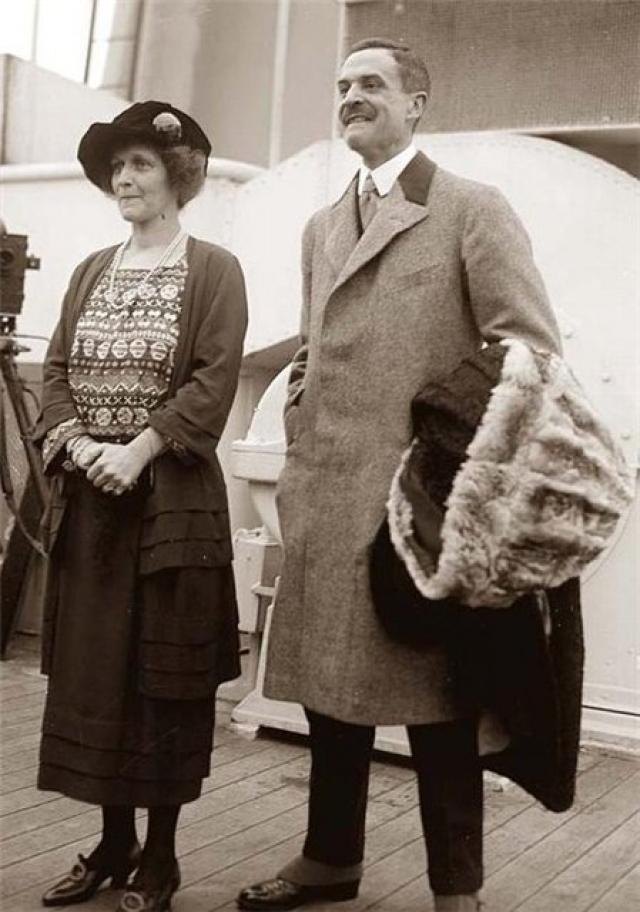 Джон Джейкоб и Маделин Астор - миллионер, писатель-фантаст со своей молодой супругой/ Маделин спаслась на шлюпке №4. Тело Джона Джейкоба было поднято с глубин океана через 22 дня после его гибели.
