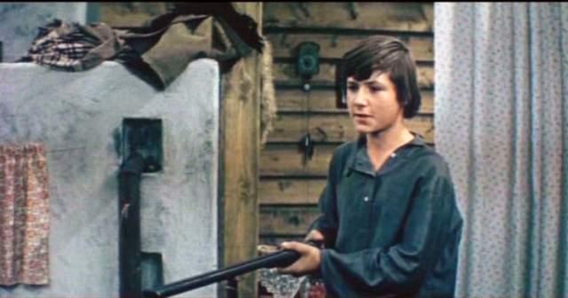 """Но Сережа бросил школу после 8 класса. Последовала череда приводов в милицию. Мать устроила его помощником слесаря в механический цех на киностудию, но он не задержался на честной работе. От героя Шевкуненко было решено избавиться в продолжении фильма """"Пропавшая экспедиция""""."""