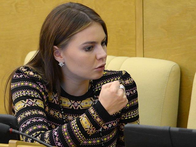 """Кабаева только однажды подняла эту тему. В беседе в передаче """"Временно доступен"""", спортсменка ответила, что у нее есть любимый мужчина и что она считает себя счастливой женщиной."""