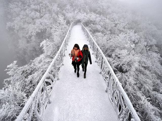 Покрытый инеем мост в горах Тяньмэнь в Китае. Reuters