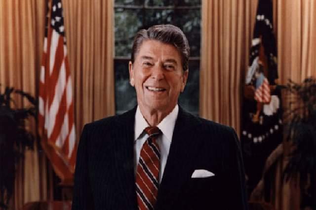 Рональд Рейган Еще в 1980 году, до своего избрания в качестве президента США, Рейган говорил, что покинет свой пост, если вдруг врачи диагностируют у него признаки слабоумия.. Лишь в наши дни специалисты, проведя масштабное исследование, пришли к выводу, что когда Рейган еще был хозяином Белого дома, в его речи стали появляться едва заметные признаки приближающейся деменции. О своем диагнозе - болезни Альцгеймера- Рейган узнал только в 1994 году.