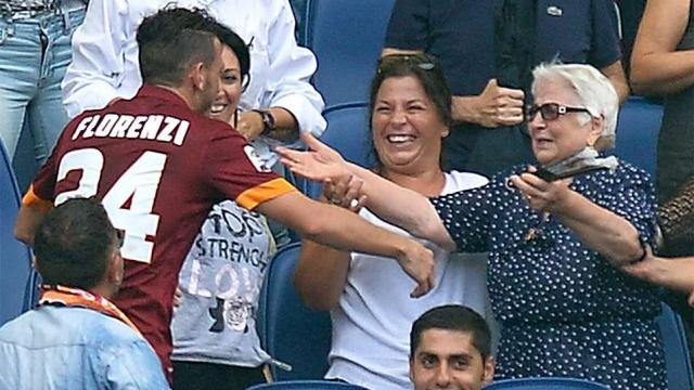 """В этом сезоне трогательно отпраздновал свой гол другой игрок """"Ромы"""". Алессандро Флоренци после взятия ворот """"Кальяри"""" элегантно перемахнул через стеклянное ограждение и побежал в самую толпу. Чтобы обнять любимую бабушку."""