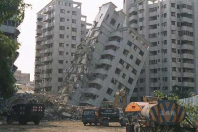 Землетрясение в Чили. 27 февраля 2010 г. произошло одно из самых крупных землетрясений за последние полвека. Магнитуда составила 8,8 балла по шкале Рихтера. Землетрясение вызвало цунами, которые обрушились на 11 островов и побережье Мауле, однако жертв удалось избежать, поскольку жители заблаговременно спрятались в горах.