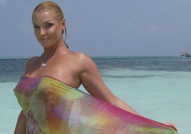 """Фотосессия подверглась критике в Интернете и СМИ. Тем не менее после отдыха на Мальдивах балерина стала желанным гостем ток-шоу, где ей задавали вопросы по поводу снимков. А любители пошутить начали делать так называемые """"фотожабы"""", пародируя Волочкову. Анастасия не расстроилась и объявила конкурс на лучшую забавную фотографию."""
