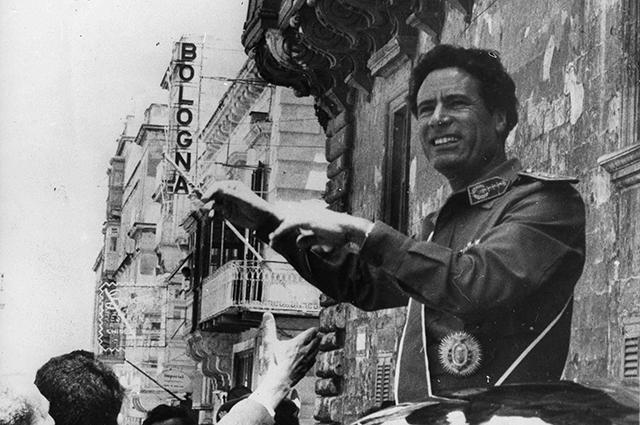 """Ливийцы называли Каддафи """"аль-ах аль-каид ассаура"""" (""""брат лидер революции"""") и """"аль-ах аль-акыд"""" (""""брат полковник"""")."""