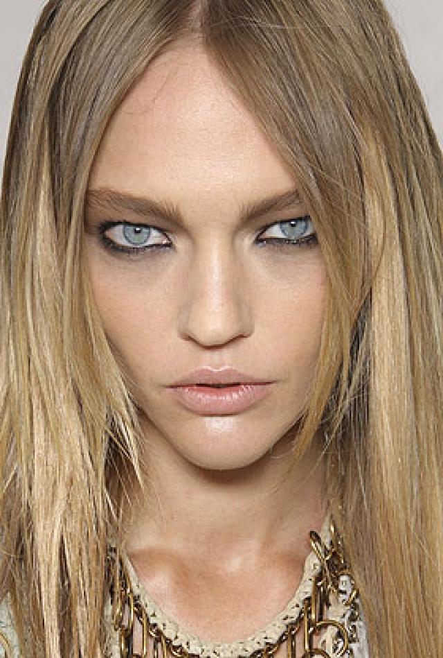 """Саша Пивоварова. Девушку называют """"моделью-инопланетянкой"""", так как она имеет нестандартное лицо: треугольное, с миндалевидными глазами, высоким лбом и высокими, выступающими скулами."""