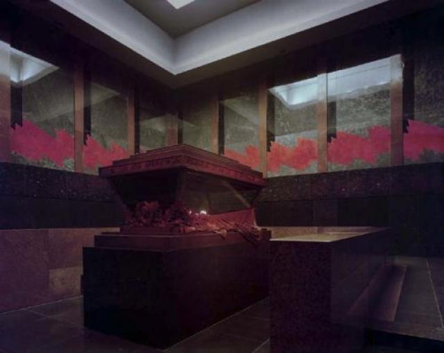 В сентябре 1973 года саркофаг Ленина оборудовали пуленепробиваемым стеклом. Несмотря на это неизвестный взорвал внутри Мавзолея самодельное взрывное устройство.