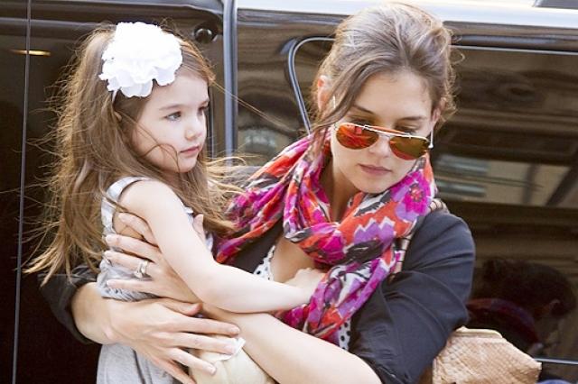По одной из версий причиной развода как раз стало недовольство Кэти тем, как Том Круз относится к воспитанию их дочери. Представители актера пока никак не комментировали этот факт, но очевидно, что бракоразводный процесс не будет легким.