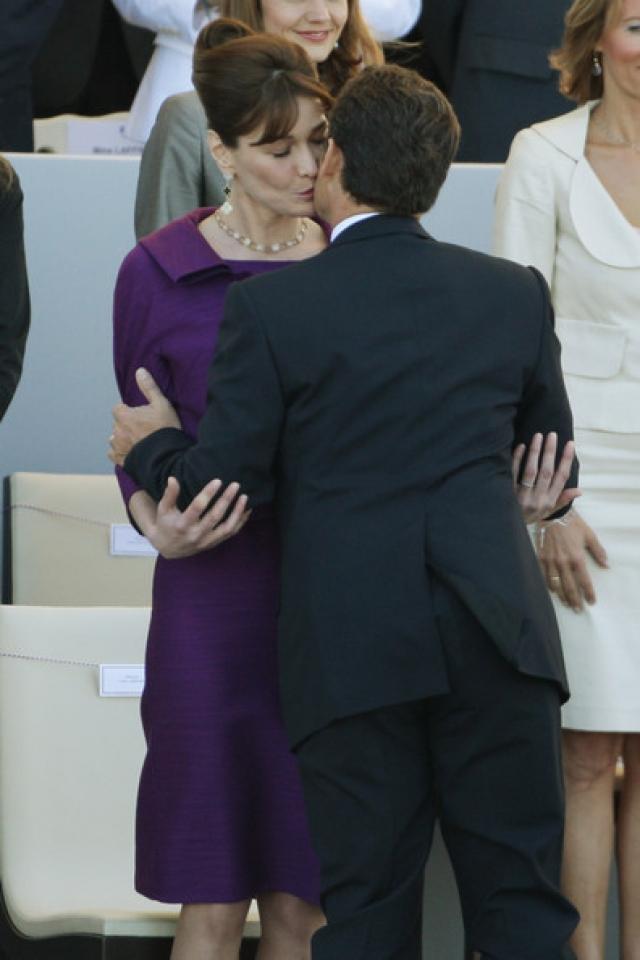Роман между парой вспыхнул мгновенно, о чем в прессе сразу появились слухи. Вскоре на пресс-конференции президент подтвердил роман с Бруни и объявил о том, что они помолвлены.