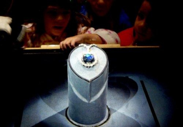 """Проклятие Алмаза Хоупа. Охотник за драгоценностями приобрел алмаз в султанате Голконда, Центральная Индия и тайно вывез его из страны, после чего в 1669-м году доставил камень к французскому двору, где его перекупил """"Король-Солнце"""" Людовик XIV."""
