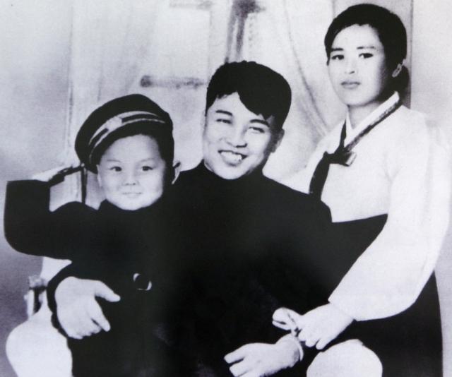 Ким Чен Ир - корейский государственный, партийный и военный деятель, правивший государством 27 лет. Его единственной официальной женой считается Ким Ён Сук, о которой практически ничего не известно.