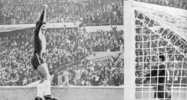 При этом на записи матча отчетливо видно, как у Иванова забирает мяч Самуэль Санчес, беспрепятственно ведет его к воротам соперников, а практически возле штрафной отдает его под удар Рохасу.
