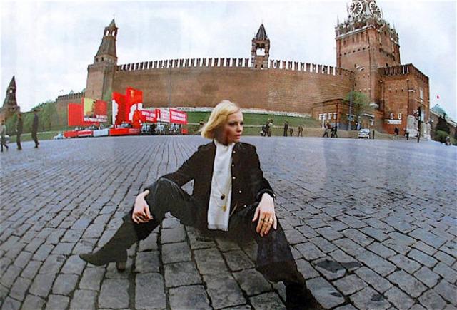 Ее сфотографировали сидящей на Красной площади... В этом углядели антисоветчину: сидит в брюках, неприлично раздвинув ноги, спиной к Мавзолею и Кремлевской стене. В результате из Дома моделей Гале пришлось уйти, как и из училища.