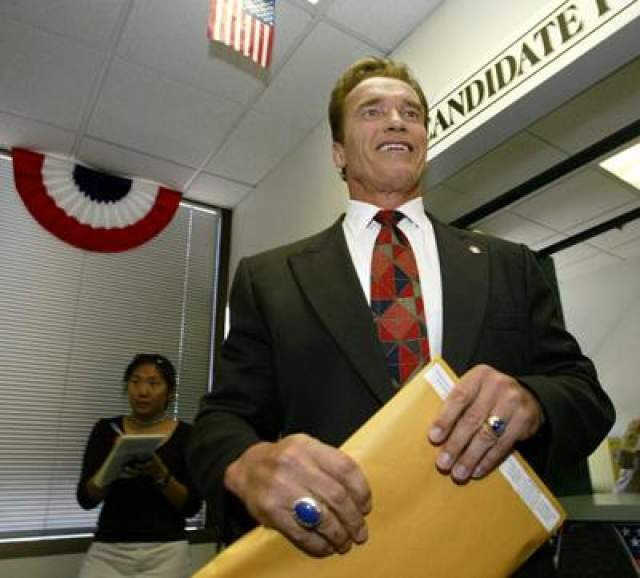 7 августа 2003 года: Арнольд Шварцнеггер подаёт документы в регистрационный офис в Лос-Анджелесе, чтобы стать кандидатом на пост губернатора Калифорнии.