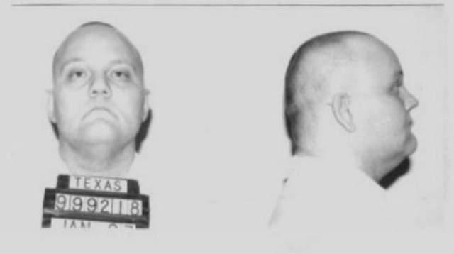 Дуглас Алан Робертс Дата преступления: 18 мая 1996 года Дата казни: 20 апреля 2005 года Возраст: 42 года Обвинение, похитил и ограбил 40-летнего мужчину, позже зарезал его и переехал тело на автомобиле.