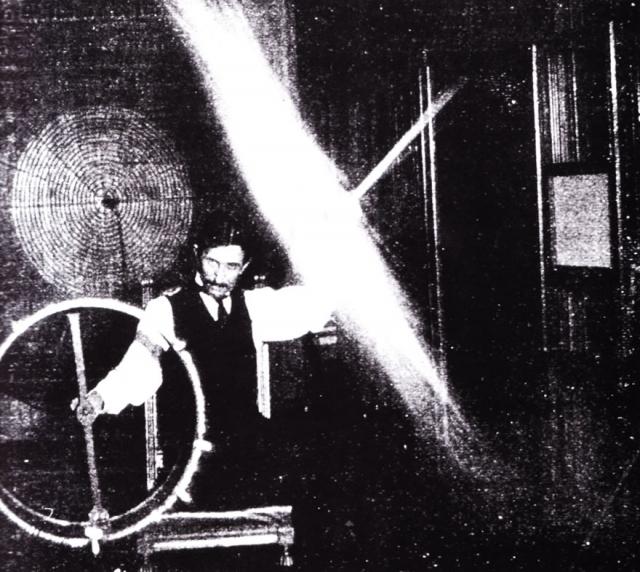 Установив на башне лаборатории странный медный шар, Тесла мог производить молнии длиной в несколько десятков метров, при этом громовые раскаты были слышны на расстоянии 15 миль, а люди, шедшие по улице, наблюдали искры, скачущие между их ногами и землей.