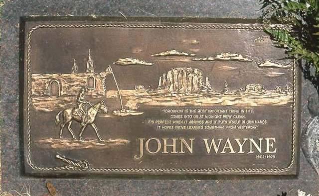"""Джон Уэйн. После смерти легенды американского кино, его могила стояла без памятника почти 20 лет. Сам актер просил написать на надгробии: """"Уродливый, сильный и достойный"""", однако вопреки его воле на камне изобразили сцену из вестерна и поместили цитату: """"Завтра - самое важное в жизни. Оно приходит к нам в полночь очень чистым. Это прекрасно, когда оно приходит и оказывается в наших руках. Завтра надеется, что мы кое-что узнали из """"вчера""""."""""""