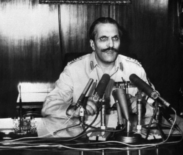 """За несколько месяцев до теракта он уволил многих чиновников, пояснив, что """"Пакистан слишком неразвитая страна, чтобы иметь демократическую систему правления"""", и сам возглавил правительство."""