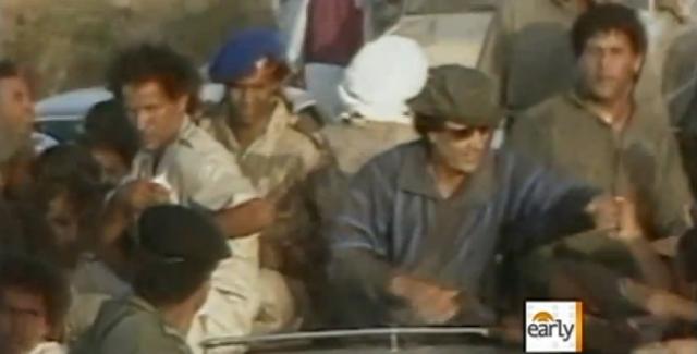 Повстанцы сумели захватить раненого Каддафи, после чего его тотчас окружила толпа, которая стала издеваться над ним.