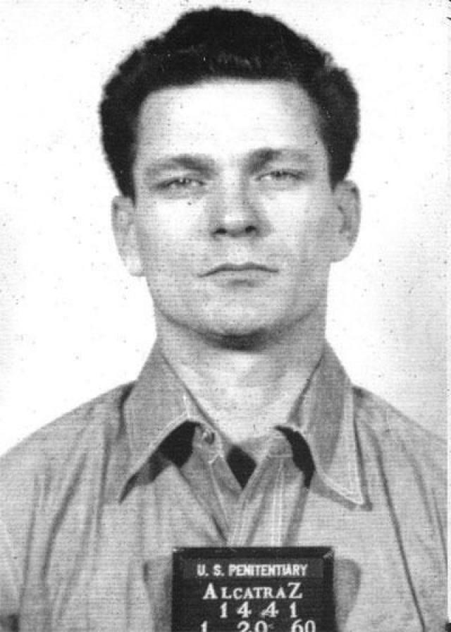 Фрэнк Моррис - преступник с удивительной волей к побегам и высоким уровнем IQ. В континентальных тюрьмах Моррису часто удавалось сбежать, за что его и этапировали на неприступный клочок суши - самую надежную в мире тюрьму - Алькатаз.