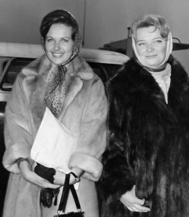 Нина Меньшикова и Наталья Фатеева на неделе Советского кино в Англии в 1964 году.