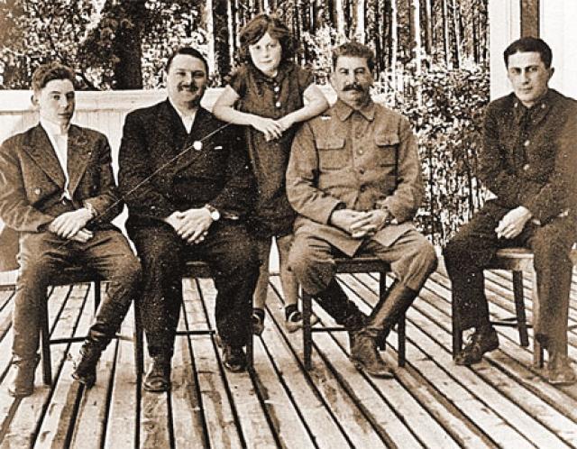 До 14 лет Якова воспитывала тетка, Александра Монаселидзе. Жили они небогато, а ближайшая грузинская школа находилась в селе Чребало, в семи километрах от их дома, и Яков ходил туда каждый день пешком. Лишь в 1921 году Яков увидел отца, когда его привезли в Москву. У Сталина была новая семья, родился сын Василий. Яков говорил только по-грузински, был молчалив и застенчив.