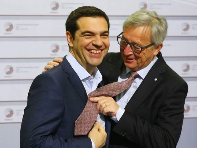 """Премьер-министр Греции Алексис Ципрас тогда забыл надеть галстук на мероприятие, и Юнкер """"примерил"""" на него свой аксессуар."""