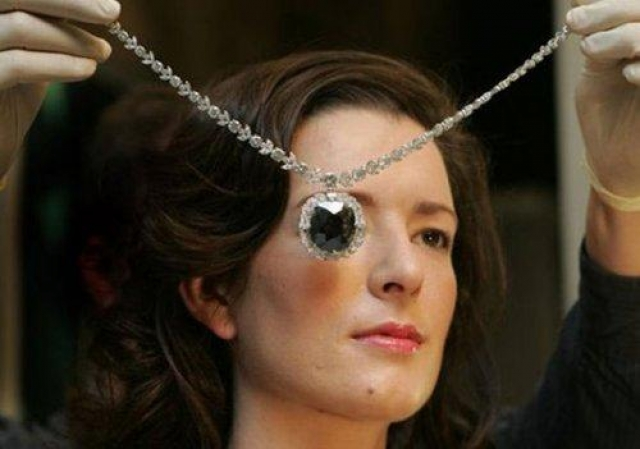Черный Орлов. Алмаз Черный Орлов, также известный, как Око Брахмы, был украден из индуистского храма. Легенда гласит, что похищение камня навлекло на него проклятие.