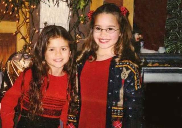 """Селена Гомес и Деми Ловато . Певицы познакомились еще в начале 90-х совсем маленькими девочками на съемках сериала """"Барни и друзья"""" и почти сразу стали закадычными подружками."""