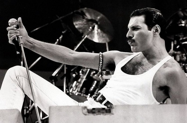 """Фредди Меркьюри - Фаррух Булсара. Имя Фаррух было неудобно для произношения одноклассниками (преимущественно англоязычными), поэтому друзья стали называть будущего рокера Фредди. А во время записи дебютного альбома Queen, Фредди решил сменить свою фамилию на творческий псевдоним """"Меркьюри""""."""