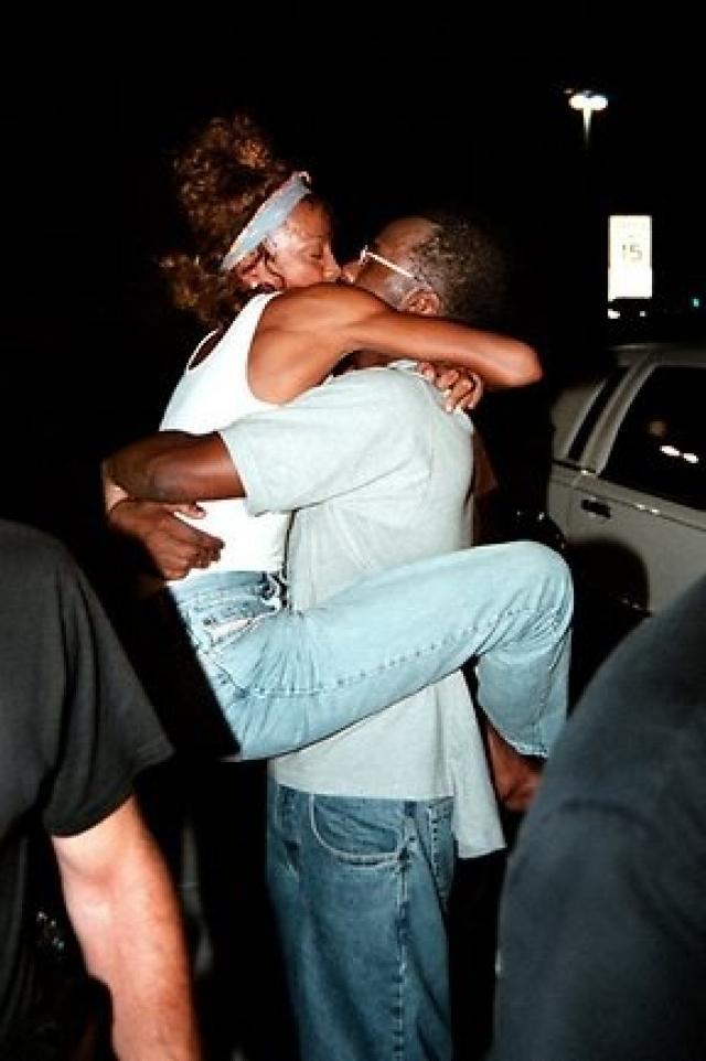 В декабре 2003 года после сообщения о том, что Браун ударил Хьюстон во время их перебранки, он был арестован и получил обвинение.