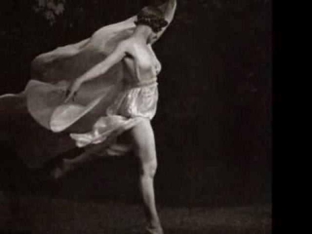 Айседора Дункан тоже не стеснялась танцевать с обнаженной грудью. В начале 20 века она вышла на российскую сцену без чулок и в прозрачном газовом платье.
