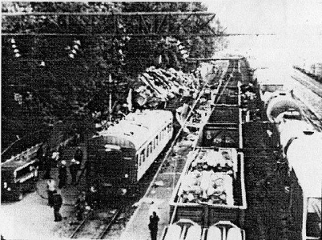 Однако электровоз, с одним вагоном — зерновозом массой 288 т остался на рельсах и проследовал на 5-й путь, где проехал 464 метра и на скорости свыше 100 км/ч столкнулся с хвостом пассажирского поезда, разрушая вагоны со спящими людьми.