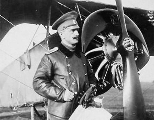 Нестеров давно считал, что вражеский аэроплан можно уничтожить, ударив по плоскостям колесами. Это было вынужденной мерой - в начале войны самолеты не оснащались пулеметами, и авиаторы летали на задание с пистолетами и карабинами.