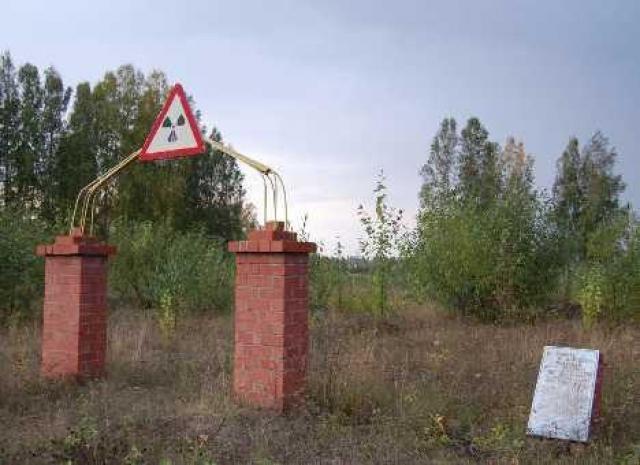 Положение значительно осложнялось тем, что в результате аварии радиоактивному загрязнению подверглись водоемы, пастбища, леса и пашни.