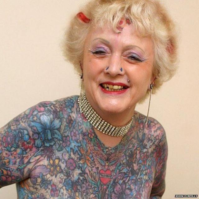 Первая татуировка появилась на ее теле еще в 1986 году. Тогда это было изображение маленькой птички. С тех пор Варли украсила 200 рисунками 76% своего тела. Всего на это потребовалось более 500 часов болезненных процедур.