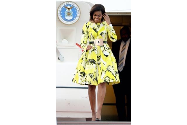 Например, наряд известного кутюрье Оскара де ла Рента выглядит, конечно, привлекательно, но никак не похож на платье для официального визита первой леди.